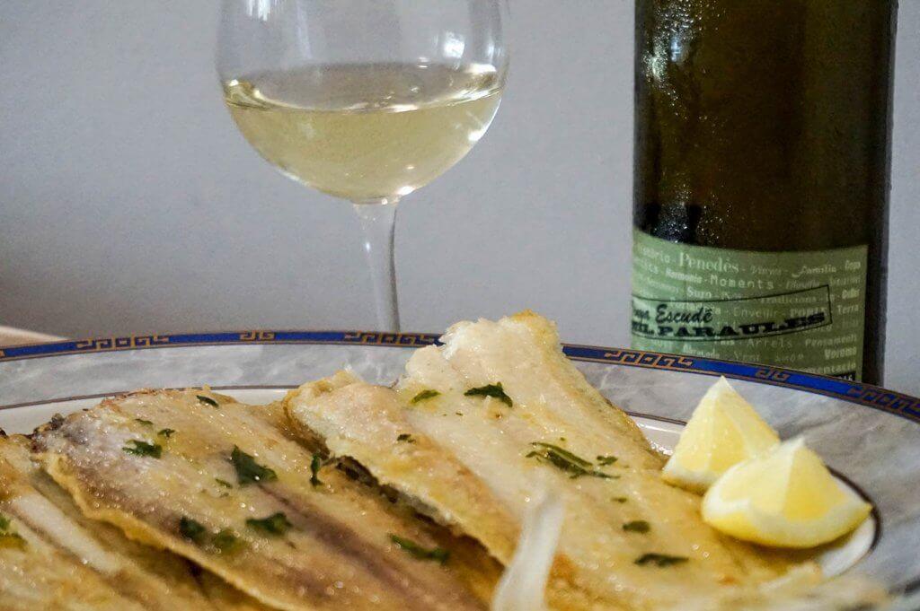 Lenguado con una copa de vino blanco Vinya Escudé