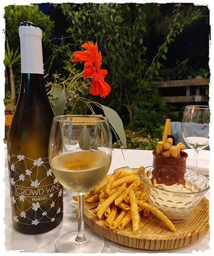 Vino blanco Macabeo premium Crowd Wine Penedès maridado con hummus y picos de pan