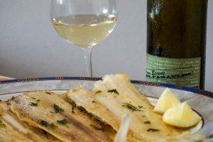 Llenguado amb una copa de vi blanc Vinya Escudé